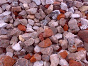 ot-bitogo-kirpicha-i-betona-na-dache-takje-mnogo-polzi